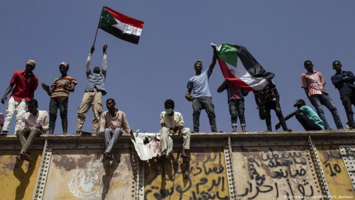 Protests in front of army headquarters in Khartoum on 2 May 2019 (photo: picture-alliance/AP)