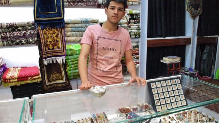 Jewellery seller Ahmed Ali in Najaf (photo: DW/Judit Neurink)