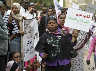 Women demonstrate in solidarity with Lubna Hussein on 4 August 2009 in Khartoum (photo: AP/Abd Raouf)