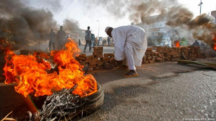 Burning tyres and barricades in the Sudanese capital Khartoum on 3 June 2019 (photo: Getty Images/AFP)