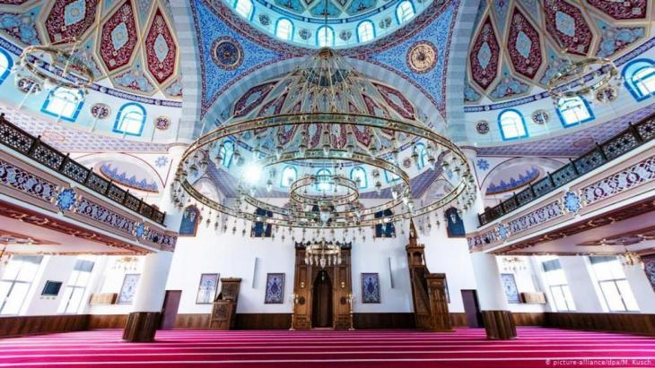 Inside the Ditib Merkez Mosque, Duisburg (photo: picture-alliance/dpa)
