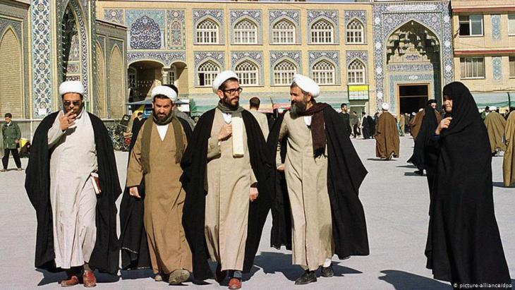 Islamic scholars outside the Faizeh Religious School, Qom (photo: dpa/picture-alliance)