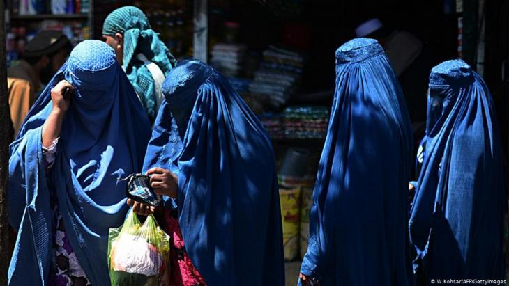Afghan women in burqas (photo: W. Kohsar/AFP/Getty Images)