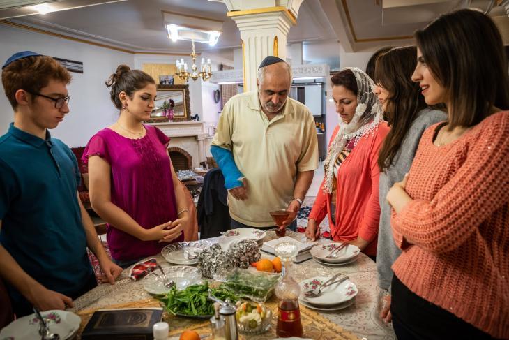 The Musazadehs celebrating the Sabbath on Friday evening (photo: Jan Schneider)
