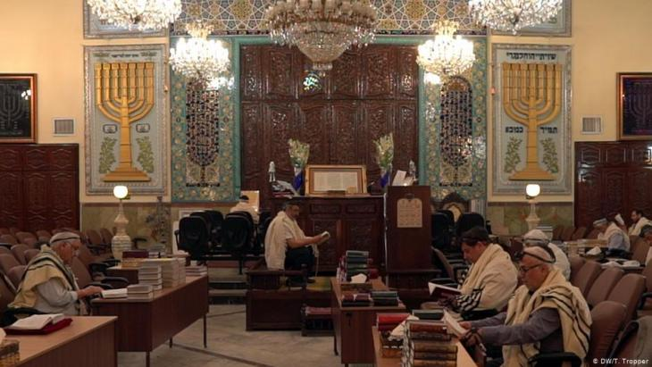 Jews in the Sukkot Shalom Synagogue in Tehranʹs Yusuf-Abad district (photo: DW)