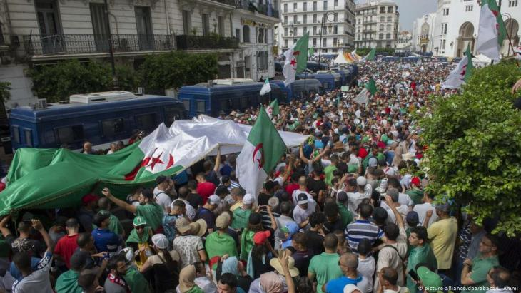 One of the regular Friday demonstations in the Algerian capital Algiers (photo: picture-alliance/dpa)