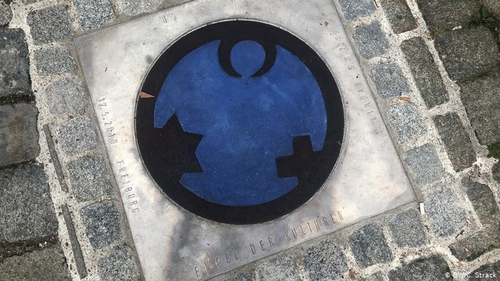 The Angel of Culture symbol integrated into a path in Lindau (photo: DW/C. Strack)