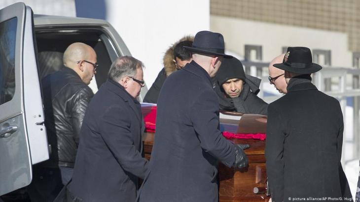 The coffin with one of the victims of the mosque shooting in Quebec City arrives in Montreal for a funeral service on Thursday, 2 February 2017 (photo: picture alliance/AP Photo/G. Hughes)
