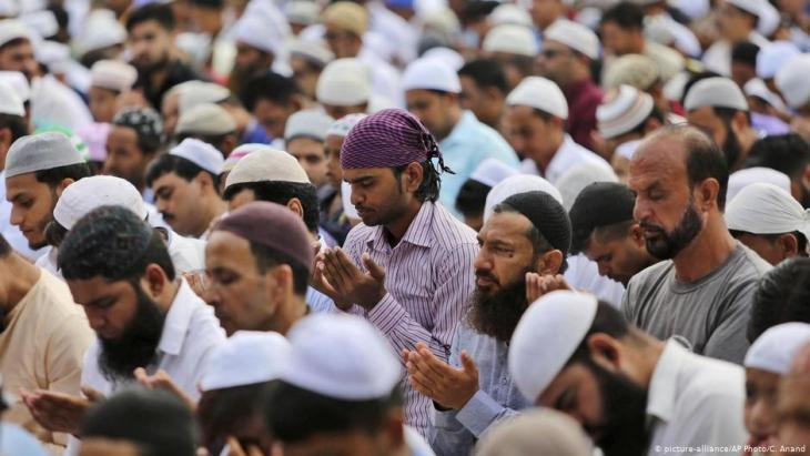 Muslims in Indian-administered Kashmir pray during Eid-ul-Adha (photo: picture alliance/AP Photo/C. Anand)