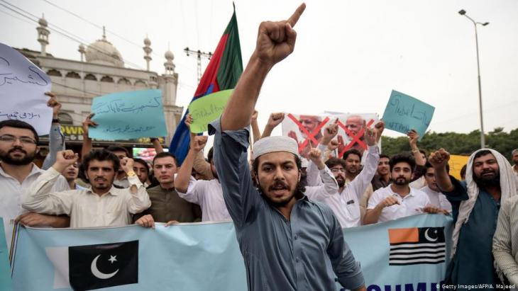 Supporters of an independent Kashmir protest in Peshawar (photo: Getty Images/AFP/A. Majeed)