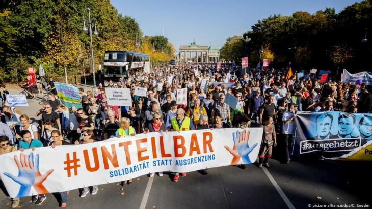 "Demonstration against racism and right-wing populism under the slogan ""Indivisible"" in front of the Brandenburg Gate in Berlin (photo: Christoph Soeder/dpa)"