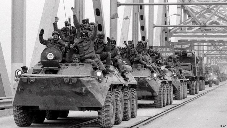 The last Soviet units leave Termez, Afghanistan on 15 February 1989 (photo: AP)