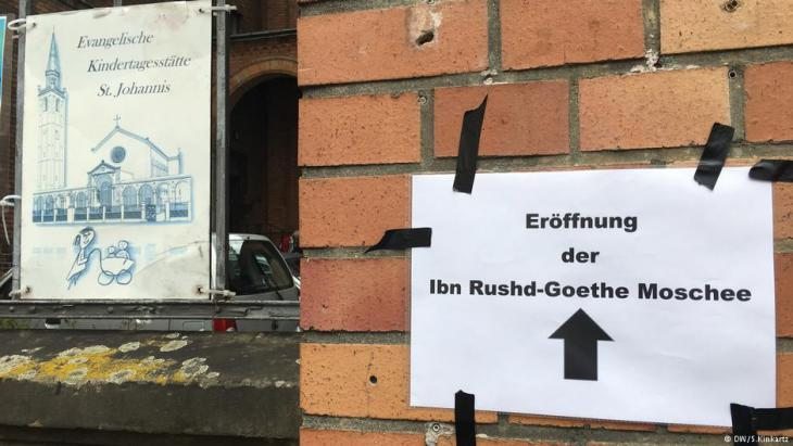 Sign outside St.John's Church pointing the way to the IbnRushd-Goethe Mosque (photo: DW/S. Kinkartz)