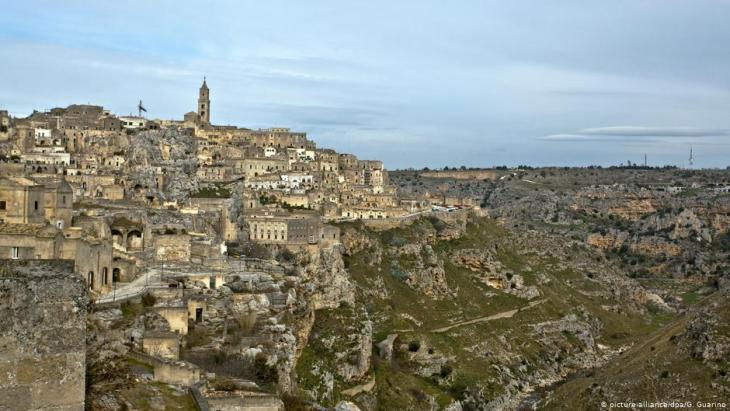 The hilltop location of Matera in southern Italy (picture-alliance/dpa/G. Guarino)