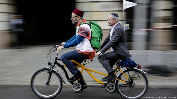 A Muslim and a Jew ride a tandem bicycle through Berlin (picture-alliance/AP Photo/M. Schreiber)
