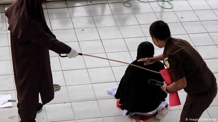 Public caning in Aceh province, Indonesia (photo: Imago/ZUMA Press)