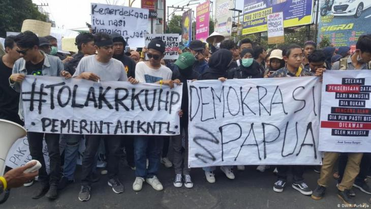 Students protest in Jakarta on 24.09.2019 against the deployment of additional troops in the restive province of Papua, the watering down of corruption legislation and a law prohibiting sex before marriage (photo: DW)