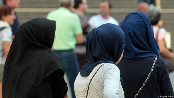Headscarf-wearing Muslim women in Munich city centre (photo: Imago/Ralph Peters)