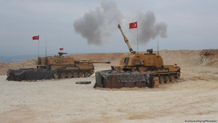 Turkish tanks bombard Syrian territory during the military offensive in northern Syria (photo: picture-alliance/photoshot)