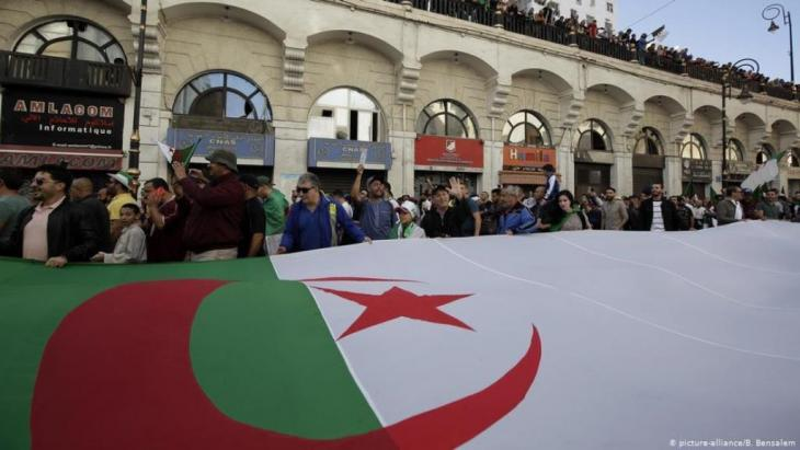 Anti-government protests in Algiers on 01.11.2019 (photo: picture-alliance/B. Bensalem)