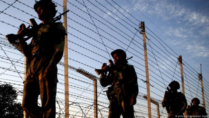 Indian soldiers patrol the border between India and Pakistan (photo: picture-alliance/dpa)