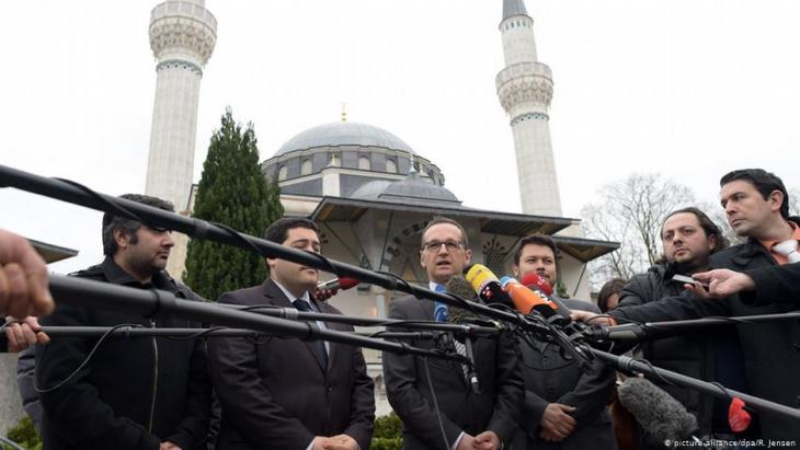 Germany's former justice minister Heiko Maas (SPD) gives a statement relating to the Charlie Hebdo attack in Paris while on a visit to Berlin's Sehitlik mosque on 09.01.2015 (photo: picture-alliance/dpa/R. Jensen)
