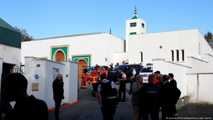 Police outside the mosque in Bayonne, France,  following the attempted arson attack on 28.10.2019 (photo: picture-alliance/dpa)