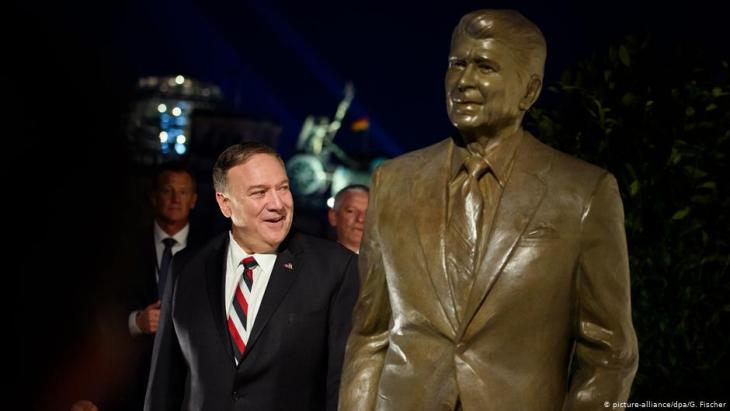 U.S. Secretary of State Mike Pompeo unveils a statue of former American president, Ronald Reagan, in front of the American Embassy in Berlin on 08.11.2019 (photo: picture-alliance/dpa)