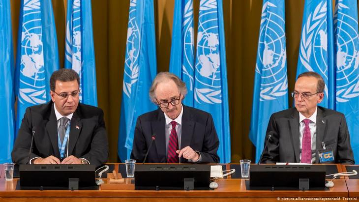 Syria's constitutional committee convenes for the first time: Ahmad Kuzbari (left), co-chairman and member of the Syrian government, Geir Pedersen, UN Special Envoy for Syria (centre) and Hadi al-Bahra, co-chairman and member of the Syrian opposition, in Geneva on 30.10.2019 (photo: picture-alliance/dpa)