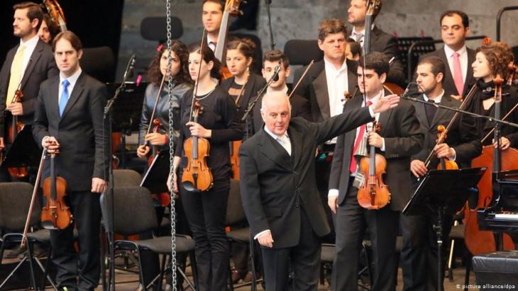 The East-Western Divan Orchestra conducted by Daniel Barenboim (photo: picture-alliance/dpa)