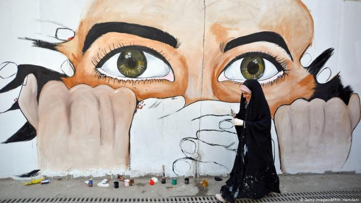 Graffiti opposing centralised government from Baghdad on a street in Najaf (photo: Getty Images/AFP)