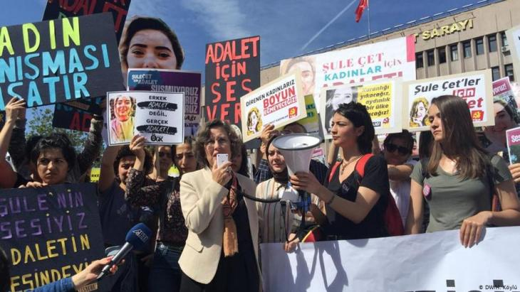 Outrage over attempts to cover-up the murder of Sule Cet - women's rights groups protest in Ankara (photo: DW)