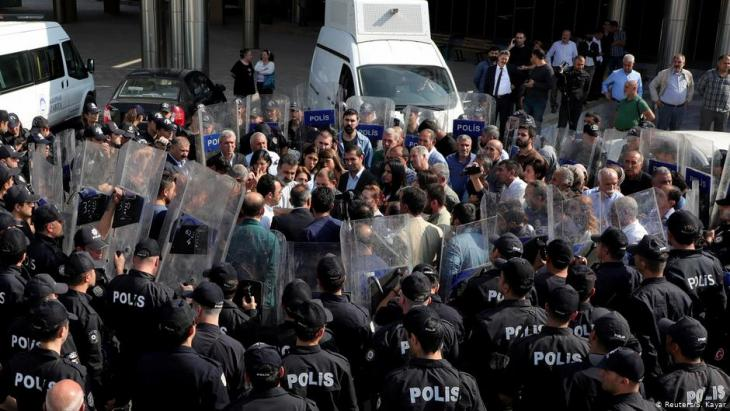 Pro-Kurdish People's Democratic party (HDP) lawmakers are surrounded by riot police as they protest against detention of their local politicians on 21 October 2019 in Diyarbakir, Turkey (photo: Reuters/Sertac Kayar/File Photo)
