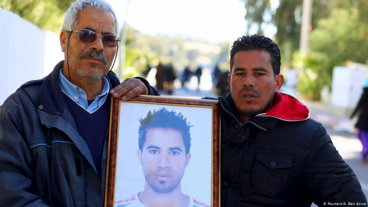 Othman Yahyaoui (l) displays a photo of his son – who committed suicide – in Kasserine on 21.01.2016 (photo: Reuters/A. Ben Aziza)