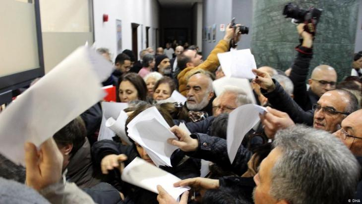 Concerned citizens petitioning against the Istanbul Canal Project in Izmir at the end of December 2019 (photo: DHA)