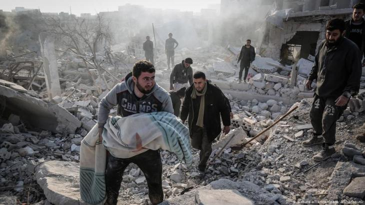 Civilians following an airstrike on Idlib province by the Assad regime (photo: picture-alliance/dpa)