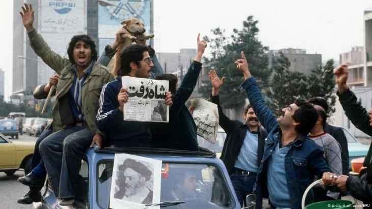 Demonstrators celebrate the departure of the Shah from Iran (photo: picture-alliance/dpa)
