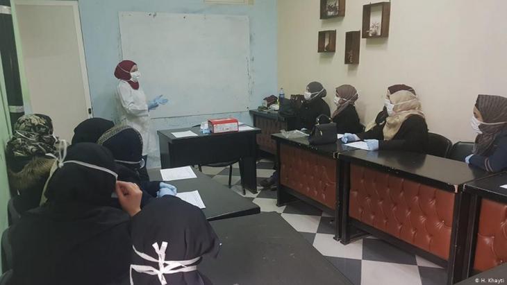 Aufklärung im Frauenzentrum Idlib über das Coronavirus; Foto: H. Khayti