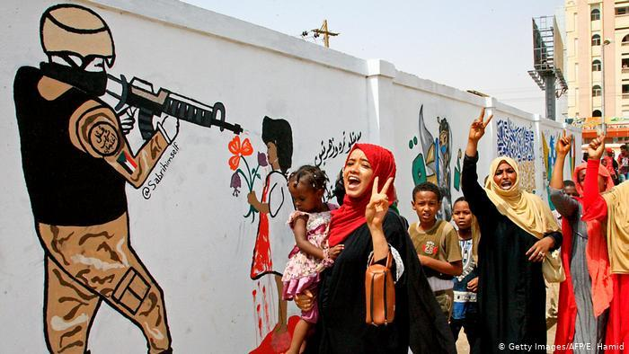 Women celebrate the power-sharing deal between military leaders and representatives of the transitional council (photo: AFP/Getty Images)