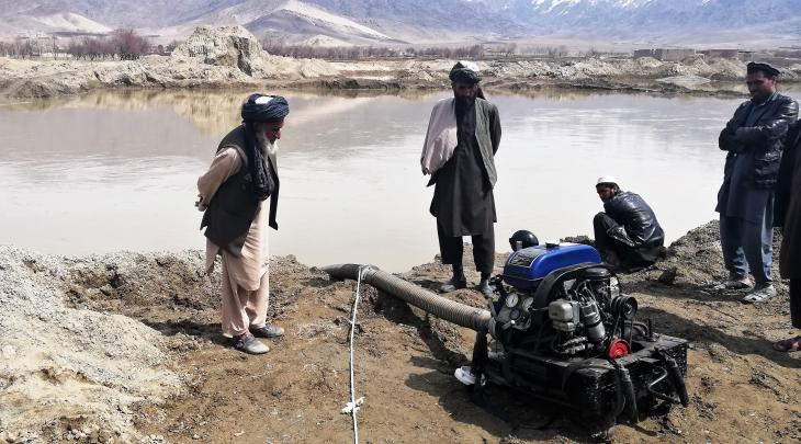 Coaxing an old German water pump back to life in Mussahi (photo: Emran Feroz)