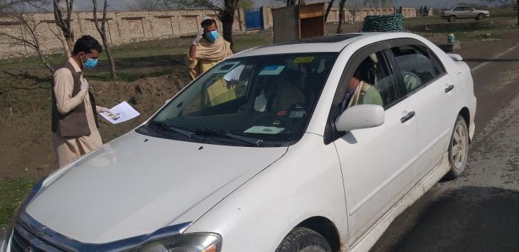 Activists in Khost hand out information leaflets about COVID-19 to passing drivers (photo: Mohammad Zaman)