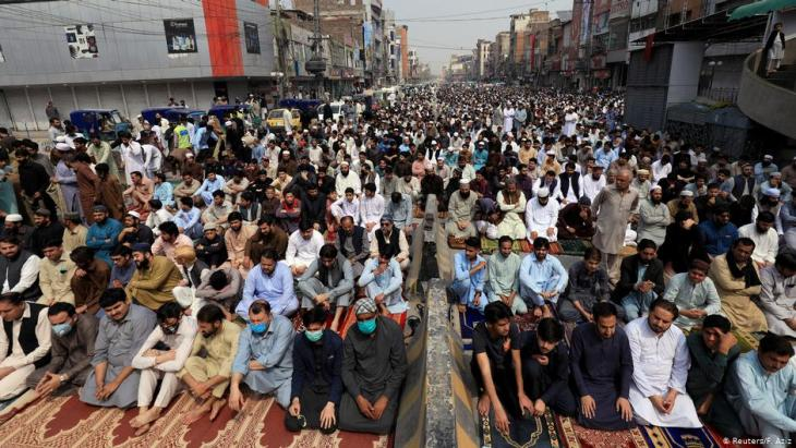 Muslims gather for Friday Prayers in Peshawar amid the coronavirus outbreak (photo: Reuters/F. Aziz)