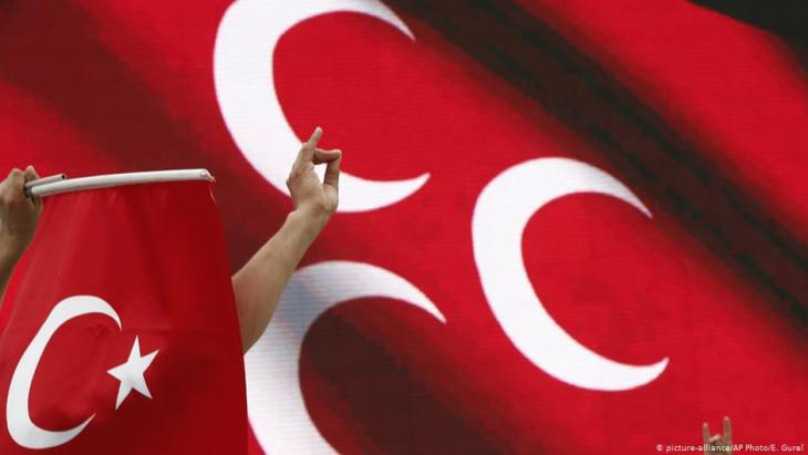 Right-wing MHP activists give the Grey Wolf salute (photo: picture-alliance/AP)