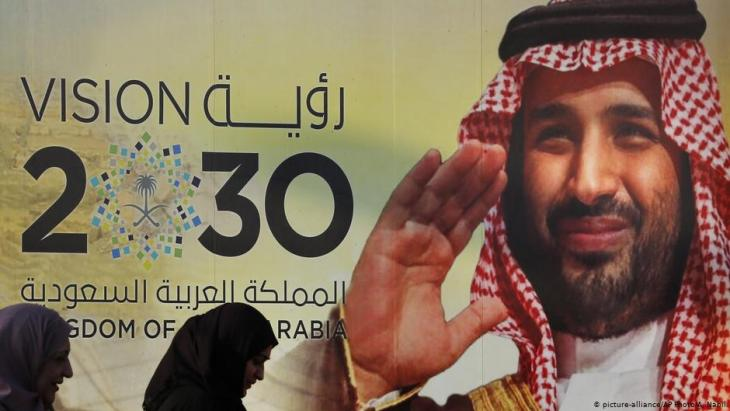 "Mohammed bin Salman on a hoarding advertising the Saudi ""Vision 2030"" project in Jeddah (photo: picture-alliance/AP)"