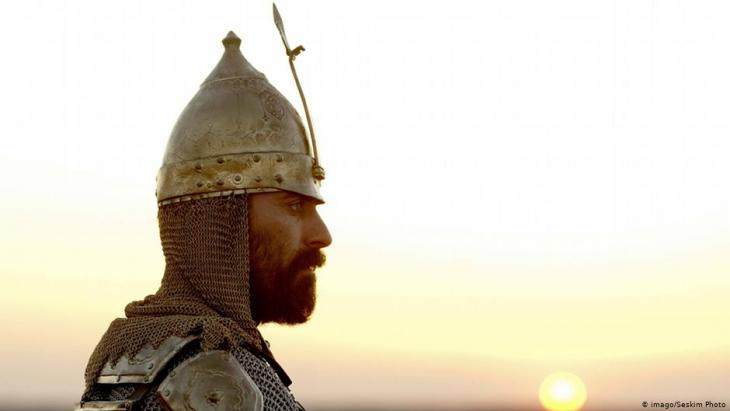A Turkish janissary in front of the setting sun (photo: imago/Seskim Photo)
