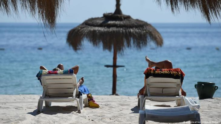 Holidaymakers on Sousse beach, Tunisia (photo: picture-alliance/dpa)