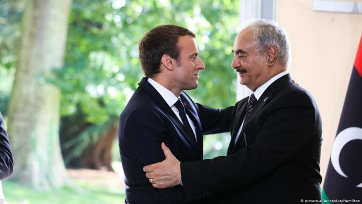 President Emmanuel Macron of France greets the Libyan general Khalifa Haftar, 2017 (photo: picture-alliance/dpa/Hamilton)
