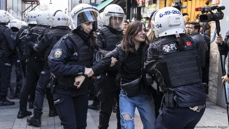 Police break up a women's rights protest in Turkey (photo: picture-alliance/NurPhoto/O. Dogman)