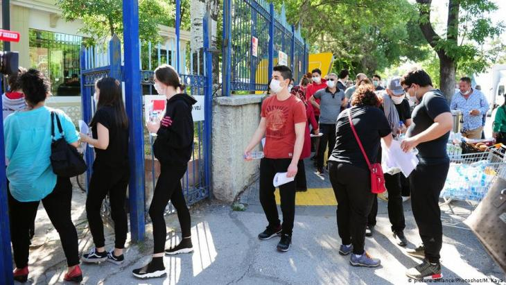 School leavers turn up to take their university matriculation exams on 27 June in Ankara (photo: picture-alliance)