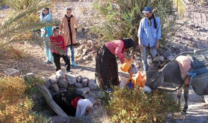 Zagora residents gather around a well (photo: Ilham Al-Talbi)
